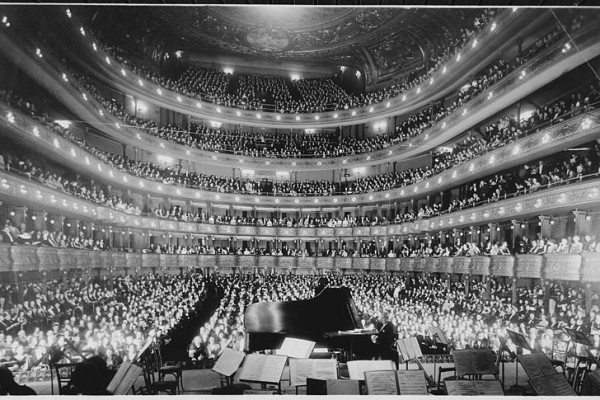 800px-A_full_house,_seen_from_the_rear_of_the_stage,_at_the_Metropolitan_Opera_House_for_a_concert_by_pianist_Josef_Hofmann,_1_-_NARA_-_541890